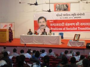 संगोष्ठी का विषय-प्रवर्तन करते हुए अरविन्द स्मृति न्यास से जुड़ी प्रसिद्ध कवयित्री और सामाजिक कार्यकर्ता कात्यायनी