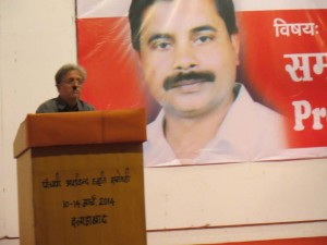 अपनी बात रखते हुए विस्थापन विरोधी आंदोलन ठाणे, महाराष्ट्र के शिरीष मेढ़ी